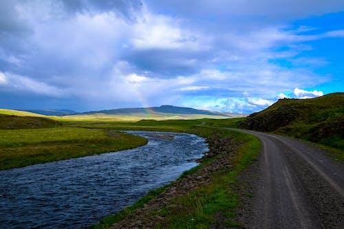 Fotos de stock gratuitas de agua, carretera, césped, cielo