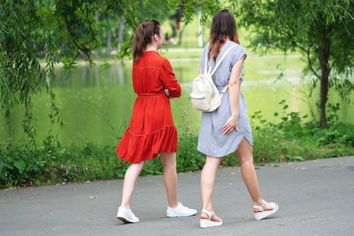 걷고 있는, 나무, 녹색, 어린 소녀들의 무료 스톡 사진