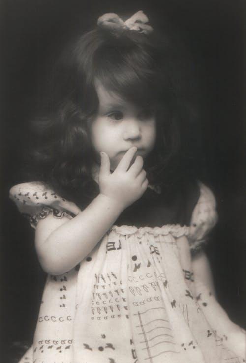 Foto profissional grátis de mão de cabelo preto menina