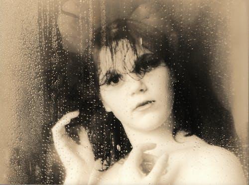 Foto profissional grátis de chuva de janela de mulher