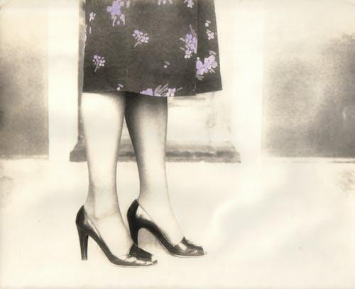 Foto profissional grátis de saltos de pernas de mulher