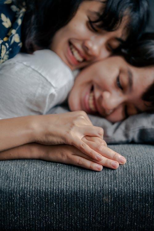 Foto stok gratis bergandengan tangan, berpegangan tangan, cinta