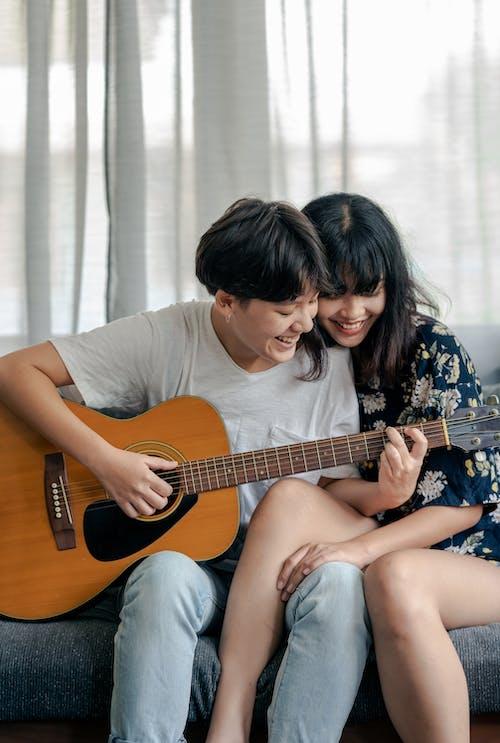 Δωρεάν στοκ φωτογραφιών με bonding, αγάπη, ακουστική κιθάρα