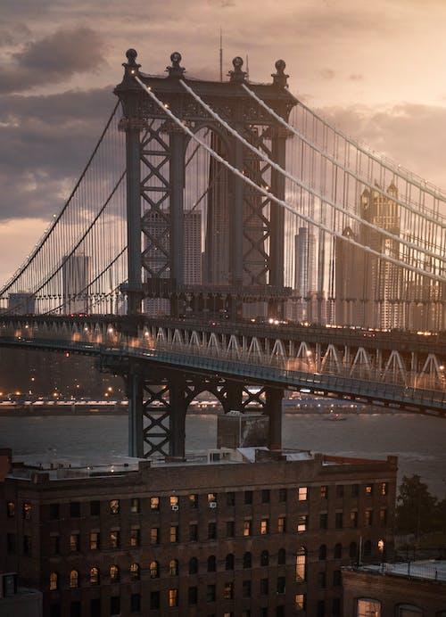 Graue Brücke über Gewässer