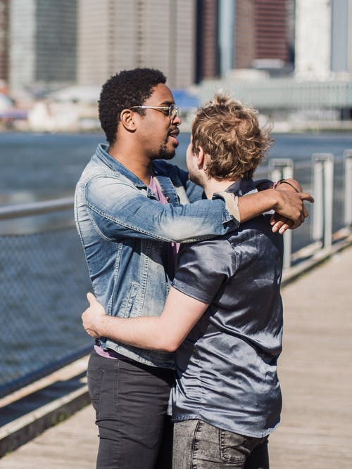 Foto profissional grátis de abraçando, abraço, afeição, amor