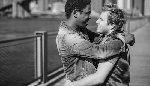 Immagine gratuita di abbracciando, abbraccio, affetto, amore