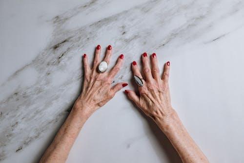 修手指甲, 剪手指甲, 匿名, 大理石 的 免費圖庫相片