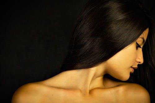 半裸, 咖啡色頭髮的女人, 女人, 女性 的 免费素材图片