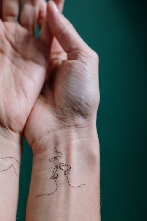 Kostenloses Stock Foto zu abwaschbares tattoo, anonym, anonymous, arme