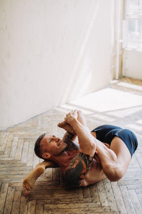Immagine gratuita di a piedi nudi, adulto, allenamento domestico, camera