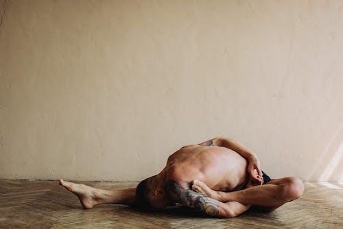 Immagine gratuita di a piedi nudi, abbigliamento sportivo, adatto, allenamento