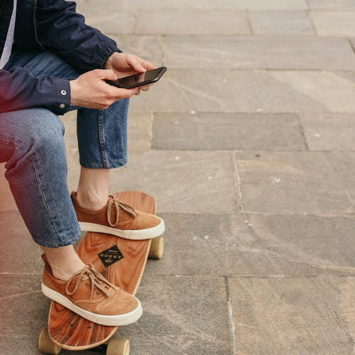 Foto stok gratis alas kaki, gaya, handphone