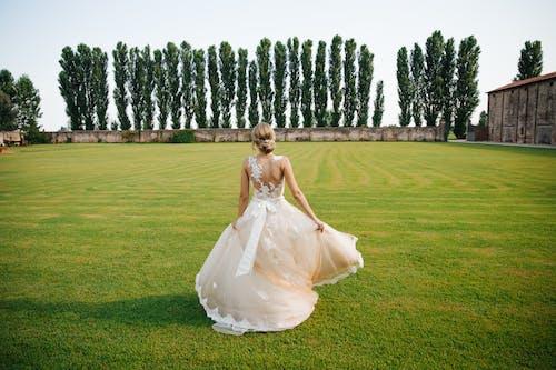 Aşk, bayan, beyaz, Beyaz elbise içeren Ücretsiz stok fotoğraf