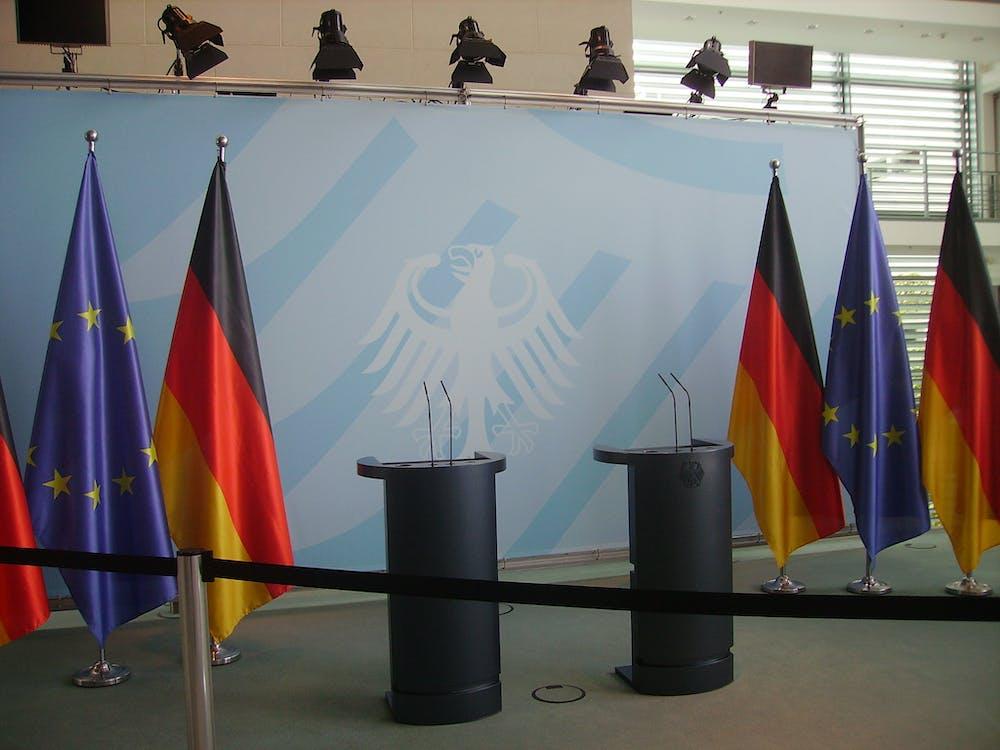 Sechs Farbige Flaggen Hängen An Grauen Edelstahlstangen