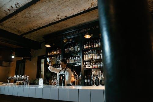 Foto d'estoc gratuïta de a la feina, abocant, alcohol