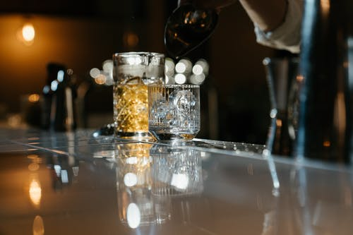 Tazza In Vetro Trasparente Sul Tavolo In Vetro Trasparente
