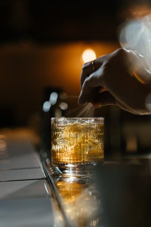 Persoon Die Helder Drinkglas Met Bruine Vloeistof Houdt