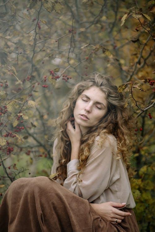 Бесплатное стоковое фото с вертикальный выстрел, глаза закрыты, женщина
