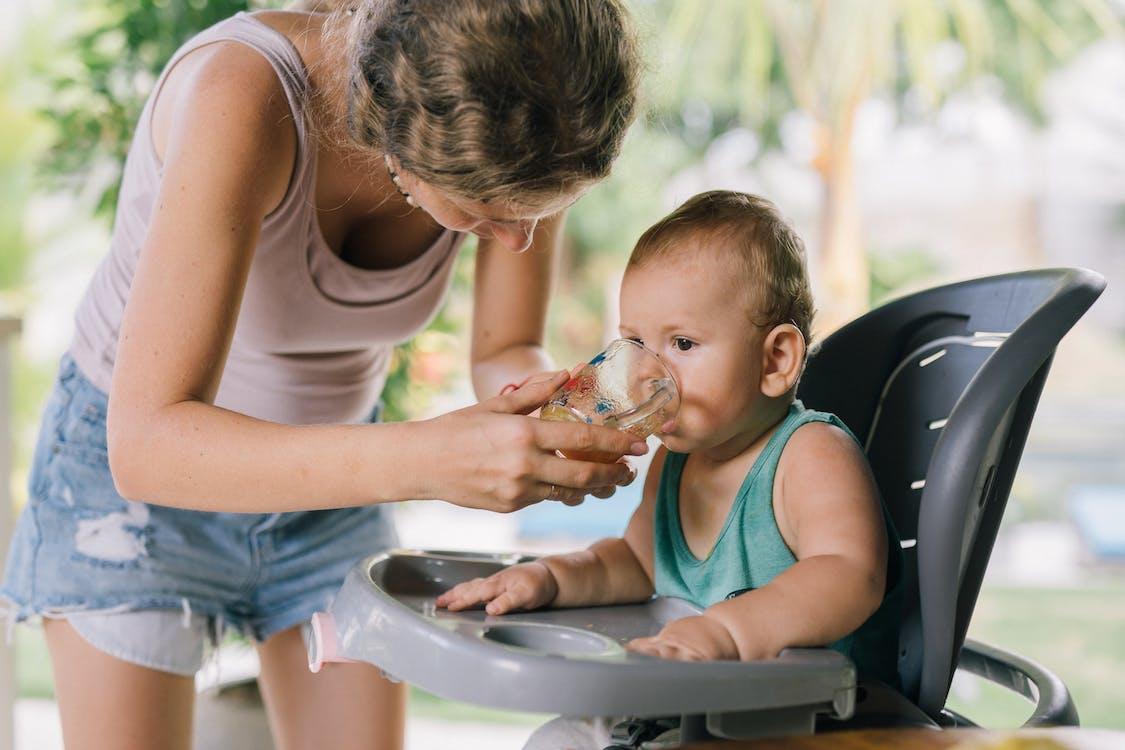 Fotos de stock gratuitas de adorable, bebé, bebiendo