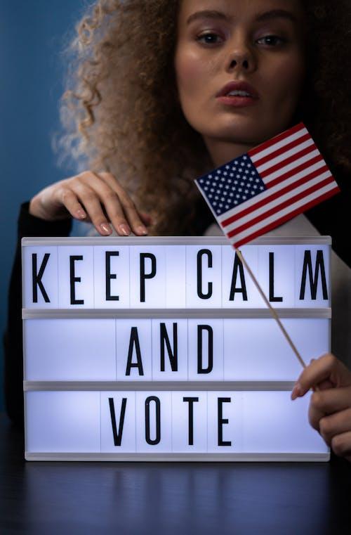 Kostenloses Stock Foto zu abstimmung, amerikanische flagge, blick in die kamera, bürger