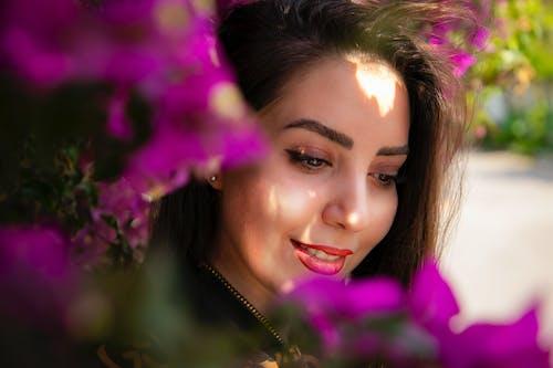Základová fotografie zdarma na téma krásná holka, květiny, vlas, vlasy