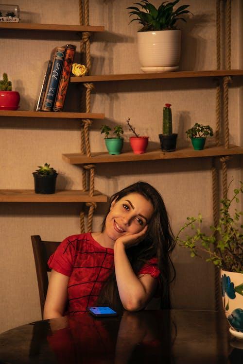 Základová fotografie zdarma na téma holka, krásná holka, květiny, vnitřní mír