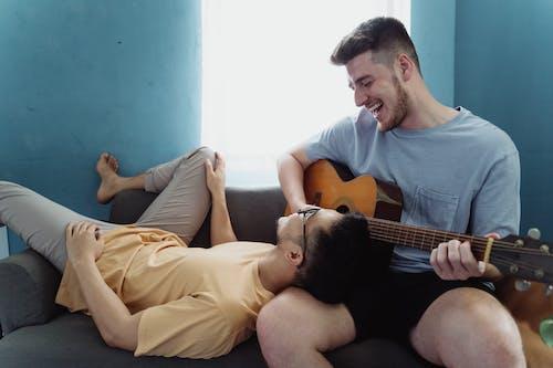 Gratis stockfoto met affectie, akoestische gitaar, aziatische kerel, Aziatische man