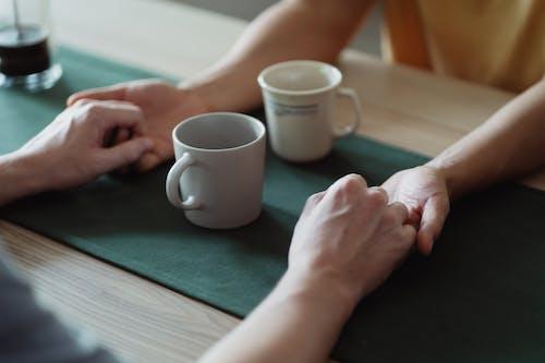 Základová fotografie zdarma na téma držení za ruce, káva, lidé drží za ruce, ruce