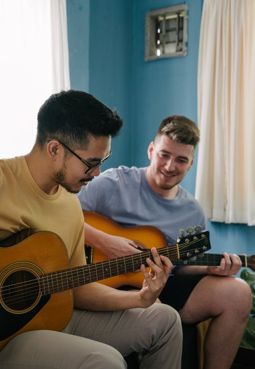 アコースティックギター, アジア人, アジア人男性, インドアの無料の写真素材