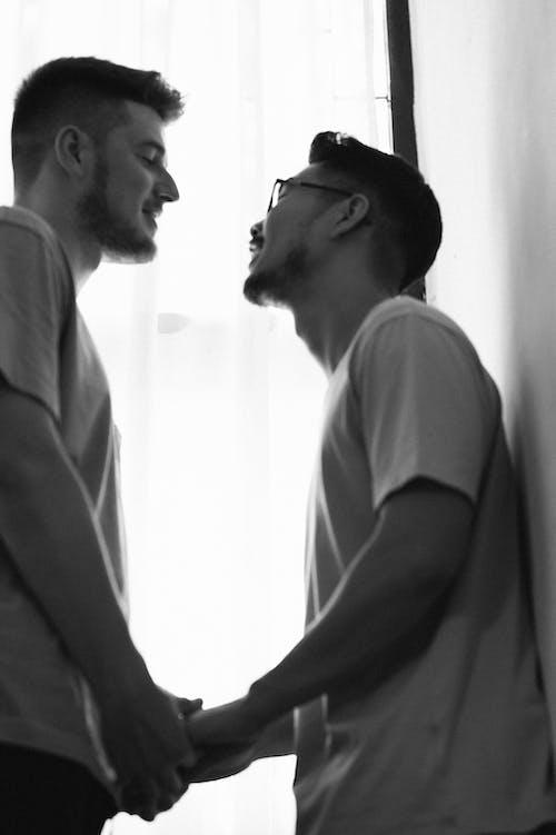 Kostnadsfri bild av gråskale, homosexuellt par, människor, människor som håller händer