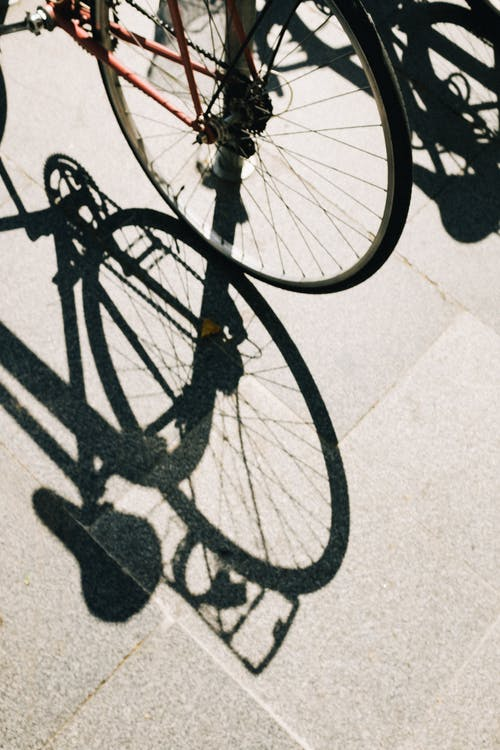 Bicicleta Negra Sobre Piso De Concreto Blanco