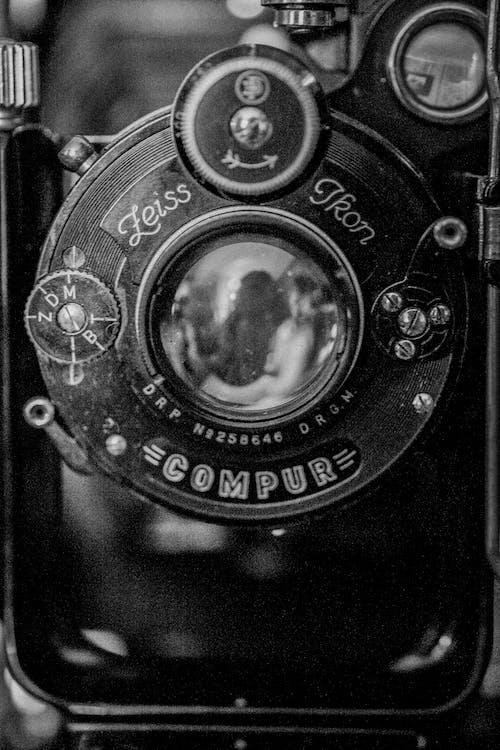 グレースケール写真のカメラレンズ
