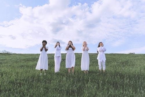Fotobanka sbezplatnými fotkami na tému biele šaty, byť spolu, cestovať, denné svetlo