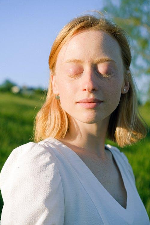 Základová fotografie zdarma na téma bílá hora, denní, evropská žena