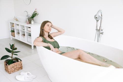 Photos gratuites de à l'intérieur, attirant, baignoire, beauté