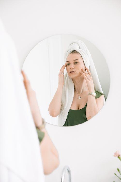 Kostenloses Stock Foto zu badezimmer, drinnen, frau