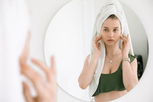 Бесплатное стоковое фото с в помещении, Ванная комната, глядя в зеркало