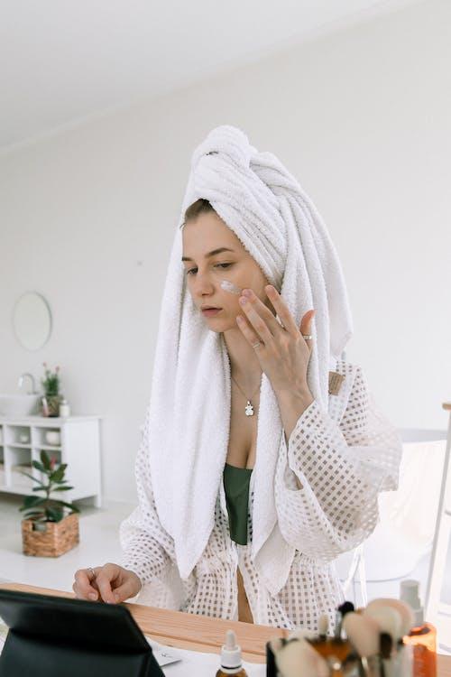 Kostenloses Stock Foto zu bademantel, bewirbt sich, drinnen