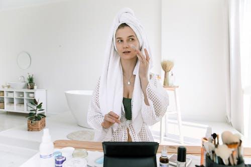 Kostenloses Stock Foto zu bademantel, badezimmer, bewirbt sich