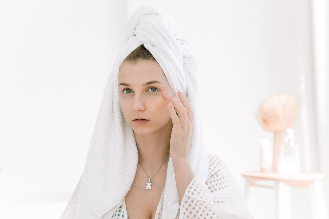 Kostenloses Stock Foto zu attraktiv, bademantel, badezimmer