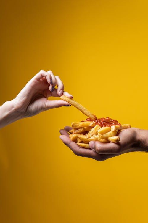 Kostenloses Stock Foto zu amerikanisches essen, essen, fast food, frau