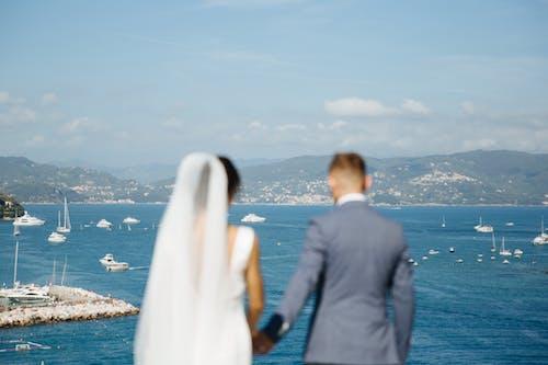 Homme Et Femme Debout Sur Le Bord De La Mer