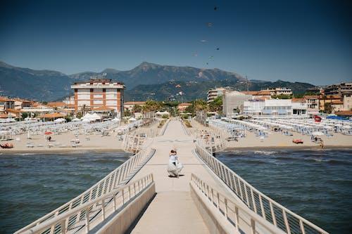 beyaz, çift, dağ, deniz içeren Ücretsiz stok fotoğraf