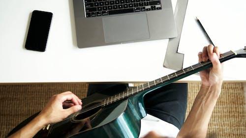 Foto stok gratis bermain, gitar akustik, gitaris