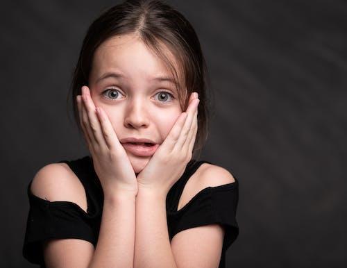 Foto stok gratis anak, atasan hitam, background hitam