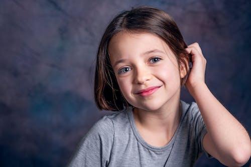 Foto stok gratis abu-abu atas, anak, anak perempuan cantik