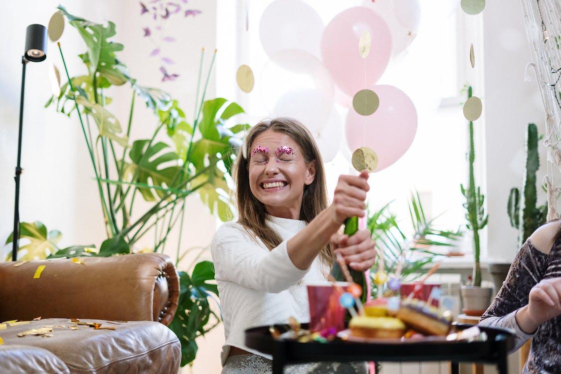 Kostenloses Stock Foto zu augen geschlossen, ballons, champagnerflasche