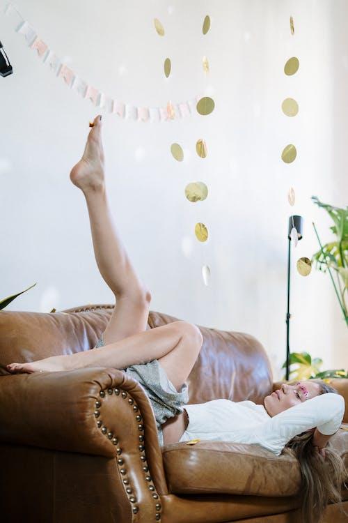 Photos gratuites de à l'intérieur, à la maison, canapé en cuir, décoration