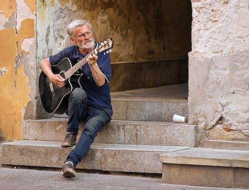 계단, 기타 연주, 늙은 남성, 늙은 남자의 무료 스톡 사진