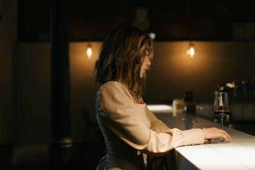 Vrouw In Wit Shirt Met Lange Mouwen Zittend Aan Tafel